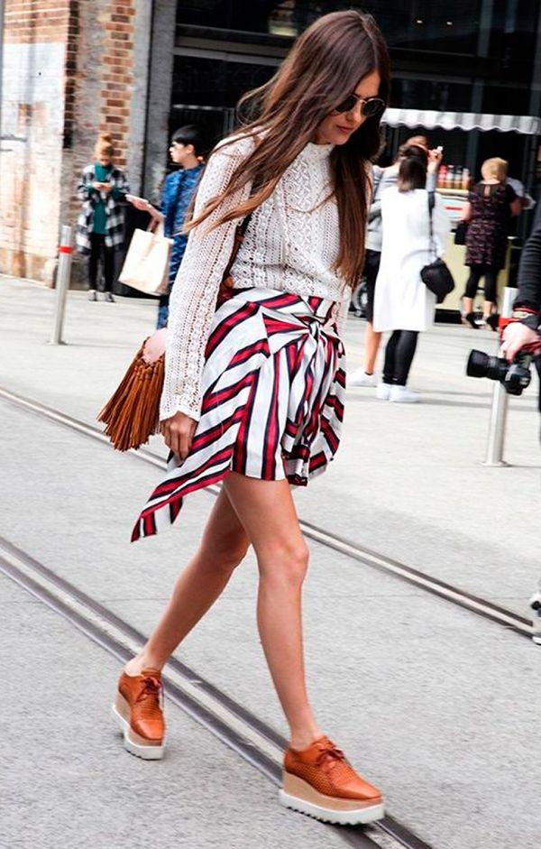 Street style de tricot off white com camisa amarrada como saia e oxford marrom