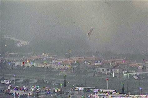 25 Unbelievable Pictures Of The Tornadoes That Hit The Dallas/Fort Worth Area  7. Via: thisiskenn