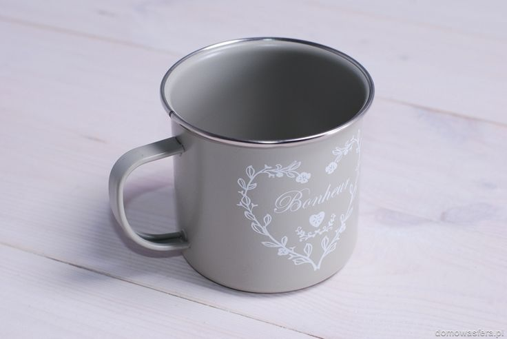 Lekki kubek w stylu retro, w pięknym szarym kolorze. Idealne naczynie na aromatyczną kawę lub herbatę. Pomysł na walentynkowy prezent.