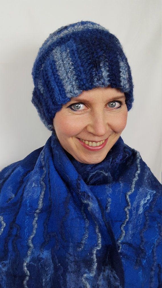 Это набор из двух предметов одежды: шапочки и шарфа. Оба предмета выполнены вручную в синей гамме. Состав пряжи шапочки 50% шерсти, 47% полиакрила, 3% полиэстера. Шарф свалян из высококачественной экстратонкой австралийской шерсти мериноса, шелка малбери и туссы. Шарф приятный на ощупь, мягкий и хорошо драпируется.  Размер шапочки 56-58. Размер шарфа с бахромой 175х37 см.  Это набор можно разбить и купить предметы отдельно. Цена шапочки 49 Евро, цена шарфа 89 Евро. Пожалуйста, обратитесь ко…