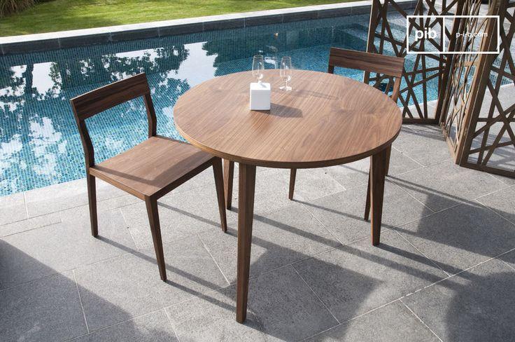 Esta mesa de comedor del estilo nórdico, hecha de nogal redonda con sus finas líneas armoniosas está inspirada en el diseño escandinavo de mediados de siglo.