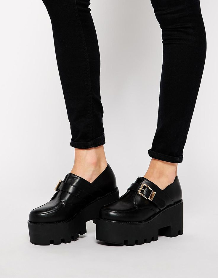 Buscas zapatos negros, para este invierno te recomendamos plataformas como estas. Son cómodas y elegantes para tu día a día. #plataformas #negras #zapatos #asos #mujer