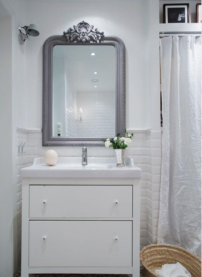 Alliance de l'ancien miroir et d'un meuble vasque moderne réussie