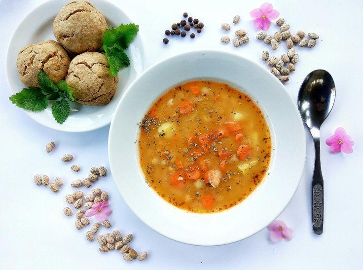 Fazuľová polievka s chrumkavými špaldovými žemličkami. V Nitre budeme variť zdravo a kvalitne z čerstvých a sezónnych potravín. #nitra #zdravastrava #vyziva #dnesjem #jemzdravo #rastlinnastrava