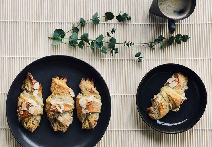Croissanter smager bare bedst, når de er hjemmelavede og denne version af wienerbrødsdej fyldt med mandelremonce smager himmelsk.