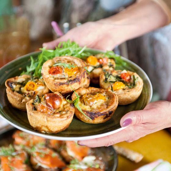 Quicheparade met minitomaatjes - Verras vrienden en familie bij de borrel met deze heerlijke miniquiches. #recept #Pasen #JumboSupermarkten