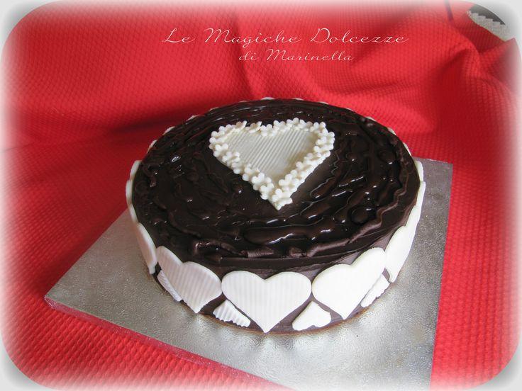 torta devil con copertura di ganache al cioccolato e cuori in pasta di zucchero