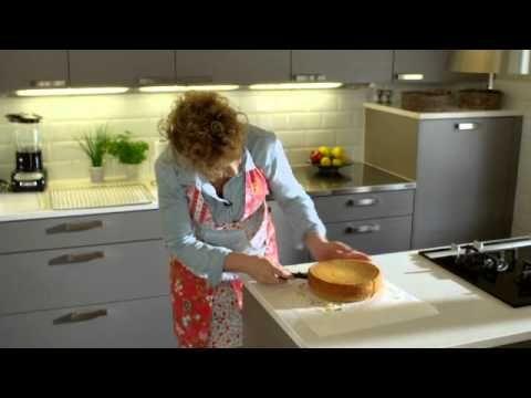 Syntymäpäiväkakku Hanna Sumarin tapaan. Huomaa vinkit kakun kerrosten merkkaukseen sekä kakkupaperin poistamiseen.