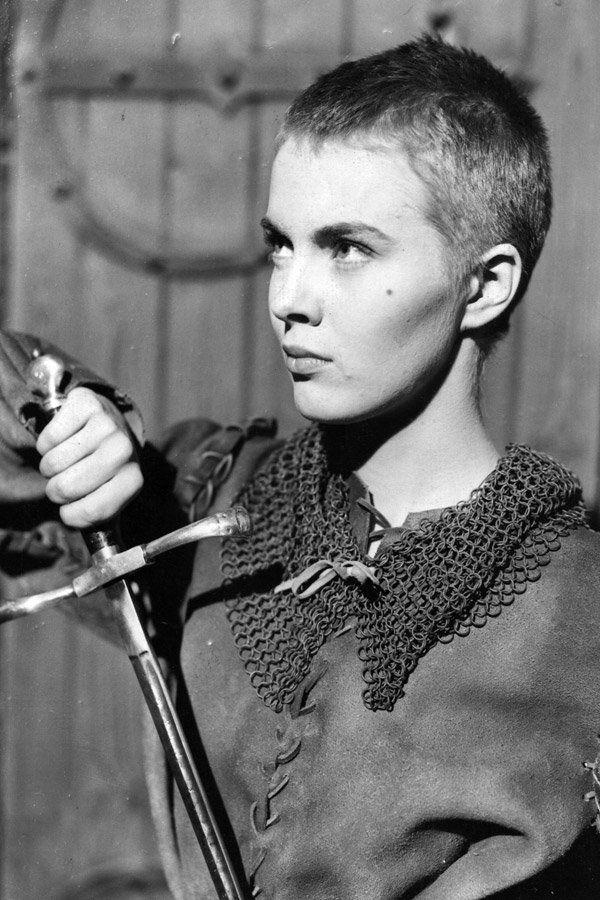 Jean Seberg, die Schauspielerin der Nouvelle Vague, setzte bereits in den 50er-Jahren (hier 1957 in ihrer Rolle als Johanna von Orleans) mit ihrem Kurzhaarschnitt Standards. Zwar wurden hier die Haare für die Rolle extrem kurz geschoren, doch mit dieser perfekten Kopfform sieht selbst der ultra-Pixie sehr sexy an Jean aus, was meint ihr? Hättet ihr den Mut, eure Haare so kurz zu tragen?Noch mehr Frisuren für alle Längen hier