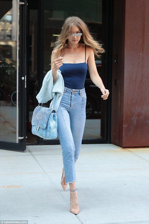 Gigi Hadid ist in New York mit einem engen blauen Pullunder braless
