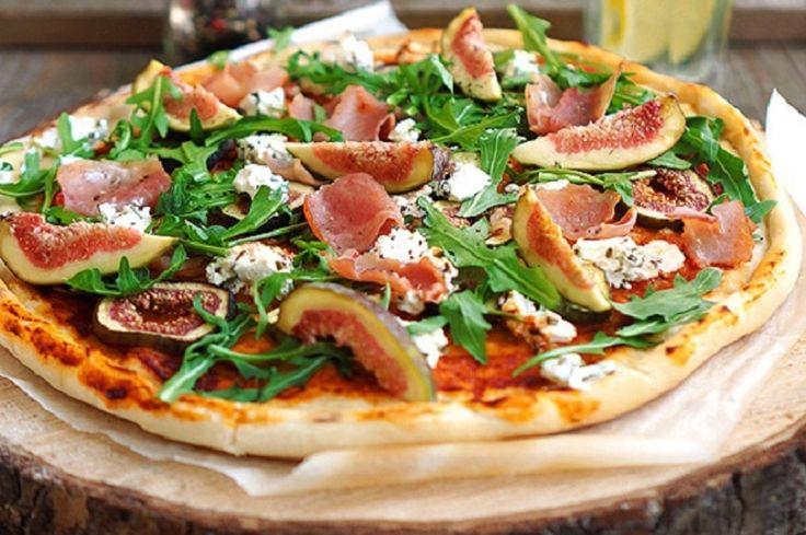 Пицца с инжиром, прошутто и козьим сыром | Пицца получается очень гармоничной. Козий сыр немного кисло-сладкий, строгое мясо с рукколой и мягкий сладковатый инжир, оливковое масло, усиливающее вкус всех ингредиентов, томатная база и прекрасное хрустящее тесто. Я уверен, вы будете готовить её снова и снова.