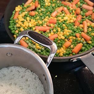 Frosne grønnsaker er oftest like næringsrike som ferske. Oppskrift på stekt ris finner du på kostholdsveilederen.no #stektris #næringsrik #sunnmat #middag