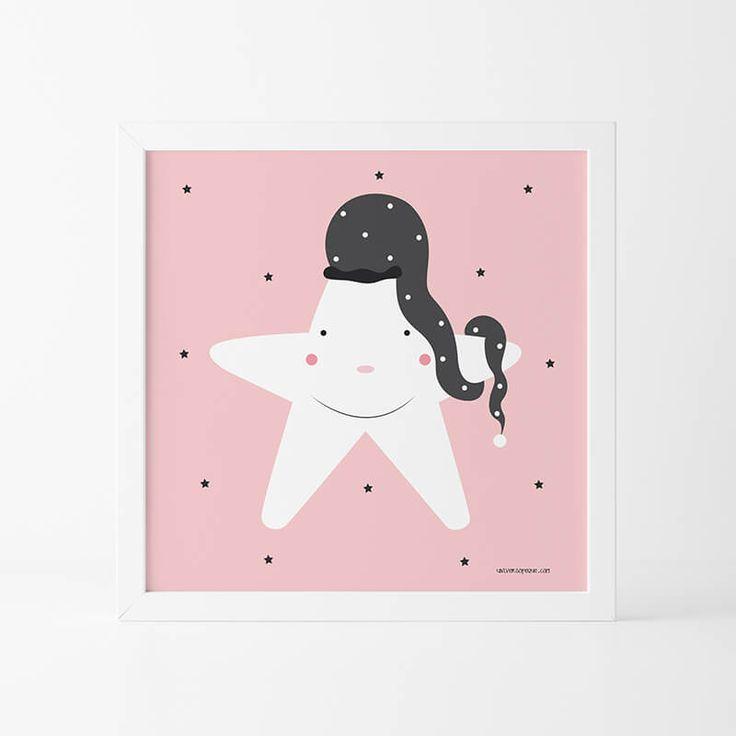 La Lámina Infantil Estrella Rosa  es otro de nuestros diseños más mimados. Una tierna estrella con su largo gorro de dormir con unos colores perfectos para decorar la Habitación Infantil. Conócela y si te apetece conviértela en un hermoso cuadro para colgar con las diferentes opciones que te damos en nuestra tienda online. ¡ENCUÉNTRALA!