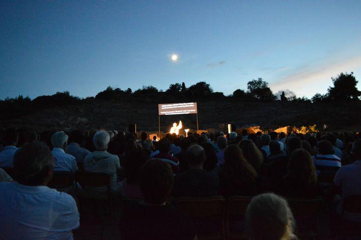 """""""Φρουρός"""" - Ενημέρωση: Μοναδική εμπειρία, υπό το σεληνόφως η παράσταση στο Αρχαίο Θέατρο Αιγείρας"""