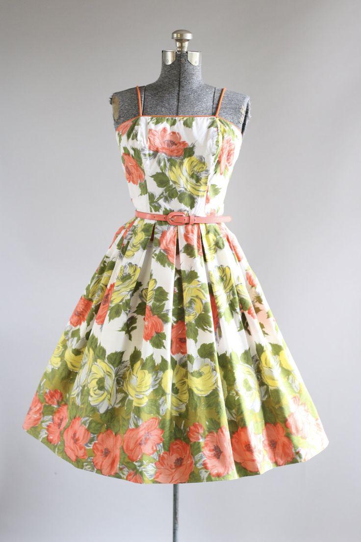 Deze jaren 1950 Edith Flagg katoenen jurk functies een prachtige bloemen rand afdrukken in grijstinten koraal, geel en groen. Spaghetti bandjes. Gesmoord taille. Bevat een koraal taille gordel (waarvan ik niet denk dat is origineel aan de jurk). Volledige geplooide rok. Metalen rits omhoog achterkant jurk. Zeer goede vintage staat. Houd er rekening mee: petticoat gedragen onder rok voor toegevoegd volheid. Dit stuk is schoongemaakt en is klaar om te dragen!  Label Edith Flagg Katoen stof…