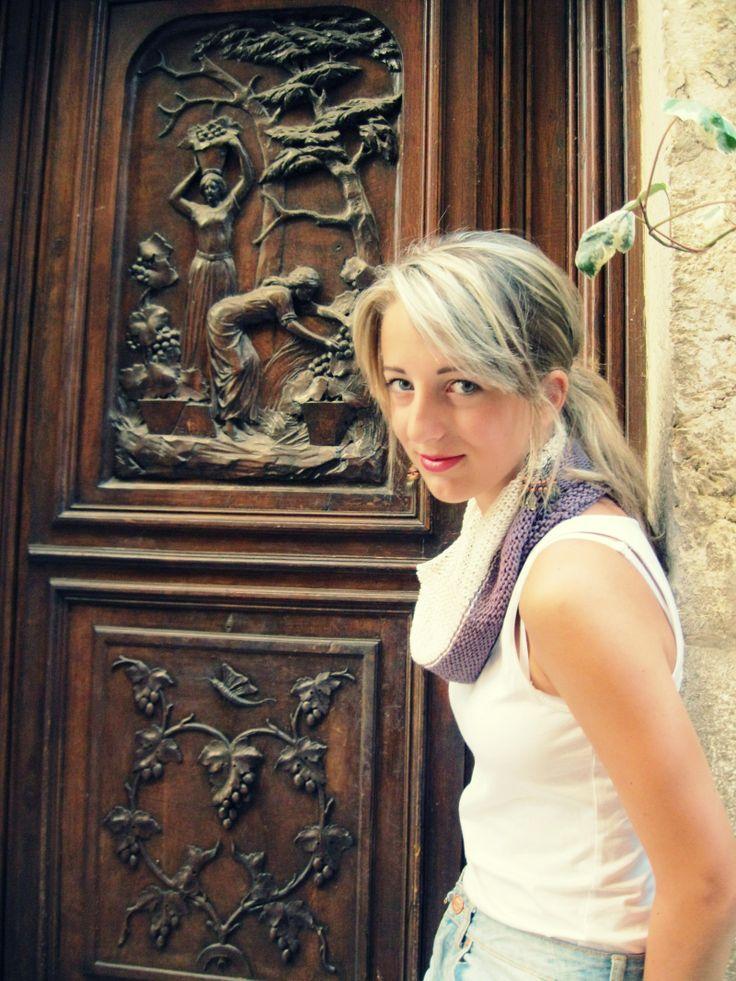 Bonjour Provence Nákrčník z kolekce, která vznikla inspirací romantické jihofrancouzské Provence. Úzké uličky s domy a dvorky z nichž vyrůstají vysoké palmy, stíny olivovníků a oleandrů se staly motivací k vytvoření této kolekce. Nákrčník je upletený ze 100% bavlněné příze v kombinaci barvy hrozna a smetany. Horní i dolní okraj jsou pleteny vroubkovým vzorem. ...