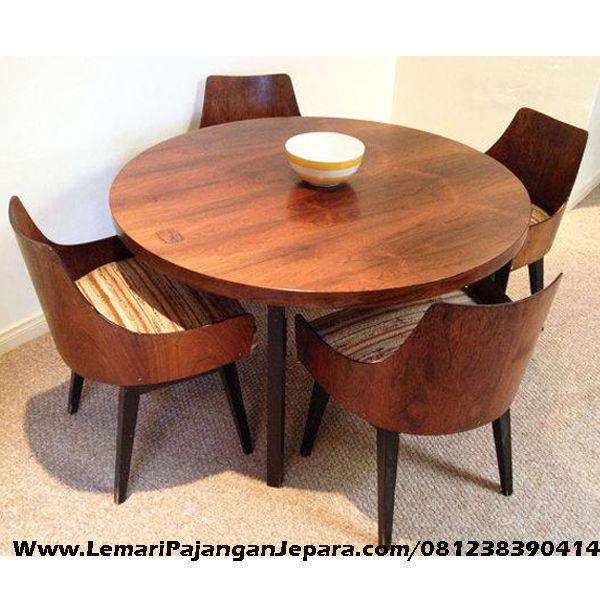 Jual Meja Makan Bundar Kursi Blok Kayu merupakan Produk Mebel asli dari Jepara dengan Desain Meja Makan Bundar Dan Kursi Cafe Sandaran Full Blok kayu Jati