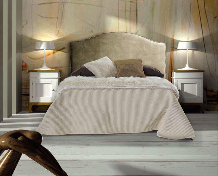 dormitorio clsico original combina mesitas clsicas en dos colores con un cabecero tapizado en color