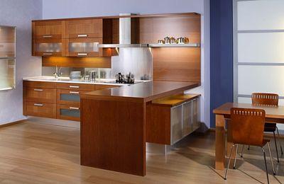 V moderní kuchyni z masivu lze vybavit pracovní desky výškově nastavitelnými prvky.