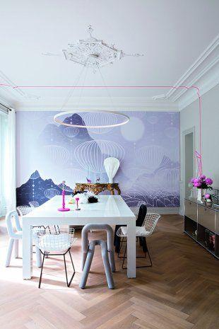 Salle à manger contemporaine avec devant un mur habillé d'un imprimé, une table blanche entourée de chaises vintage Bertoia et chaises Bold du collectif Big Game pour Moustache