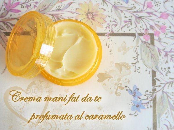 Crema mani fai da te al profumo di caramello Fase A  Acqua distillata: 52,6 g Glicerina: 10 g Allantoina: 0,3 g  Fase B  Burro di cacao: 3 g Burro di mango: 3 g Olio di jojoba: 0,5 g Olio di cocco: 4 g Olio di macadamia: 3 g Olys: 2 g Olio di cocco frazionato: 1 g Vitamina E (tocoferolo): 1 g Cera d'api: 1 g Cera emulsionante nº2: 6 g  Fase B1  Burro di Karitè: 5 g  Fase C  Pantenolo: 1 g Oleolito di calendula: 2 g Gel di aloe vera: 2 g Dry Touch: 1 g Estratto aromatico di caramello di Aroma…