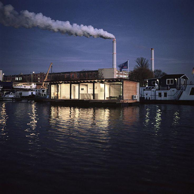 Modernes Hausboot in Berlin, gefunden auf www.tinyhouseblog.com
