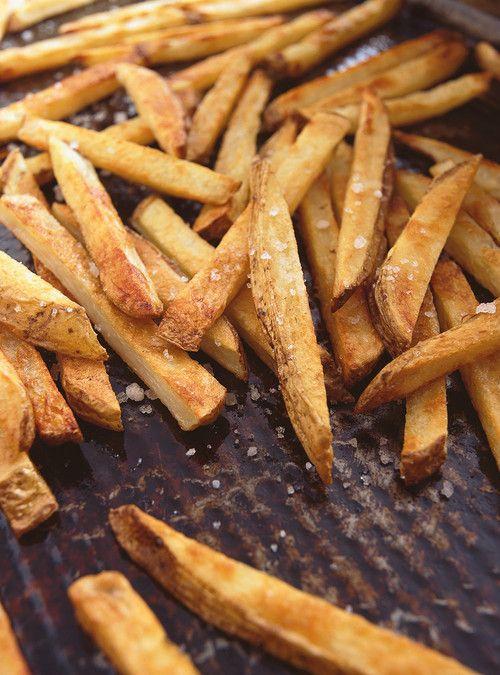 Frites au four à l'huile d'olive Recettes   Ricardo Remplacer le sel pour des fines herbes ou un mélange d'épice (Thai, cajun, BBQ, etc)