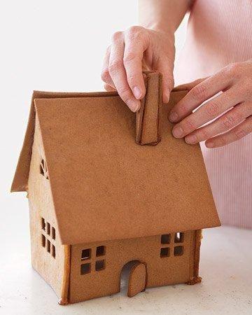 Охлажденное тесто раскатайте, вырежьте из него формы для дома. Пряники выпекайте при температуре 190 градусов 10-12 минут. Остудите их и соберите пряничный домик, склеивая стороны глазурью.