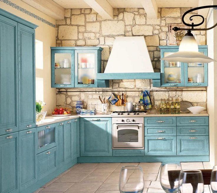 Деревенская кухня в стиле «прованс»: отделка стен из светлого камня, голубой кухонный гарнитур из натурального дерева
