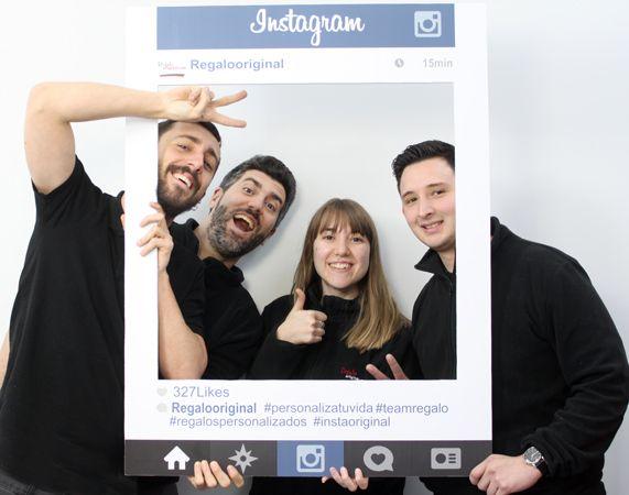 Así de guapos salimos en nuestro marco de Instagram personalizado. Traspasa la pantalla y consigue un marco de fotos único para tu photocall con tu usuario, foto de perfil, likes, hashtags... #instagram #photocall #regalooriginal #photo #fotos #boda #cumpleaños #marco