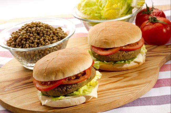 Il veggie burger è un piatto unico vegetariano a base di lenticchie, ha un sapore ricco e rappresenta un ottimo sostituto all'hamburger di carne.