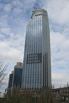 El 52 pisos Isbank (IS Bankası) Torre 1 era l'edifici d'oficines més alt i el quart gratacel més alt de Turquia i de la península dels Balcans (sud-est d'Europa). Va entrar en servei amb les cerimònies d'entre el 23 i 26 d'agost de 2000. La seva altura oficial és 181,20 m (594,5 peus) sense l'asta de la bandera, i 194,57 m (638,4 peus), incloent l'asta de la bandera.