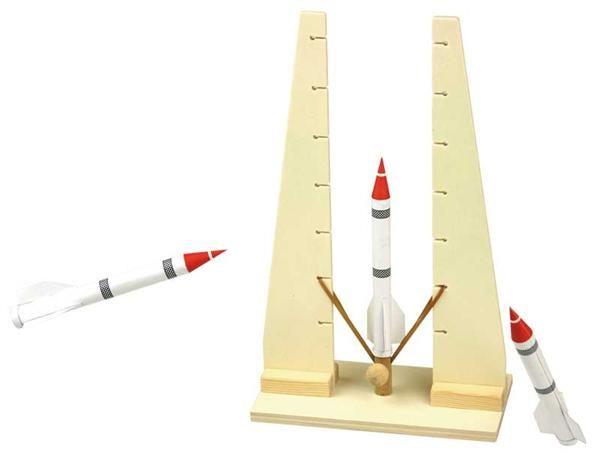 Het ingesloten elastiekje kan op verschillende trappen worden voorgespannen. De raket bereikt probleemloos vluchthoogten van 10m en meer.
