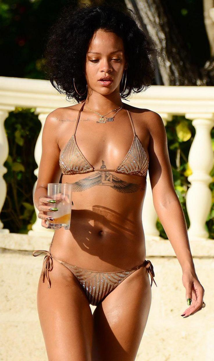 Resultado de imagem para Rihanna looks praia