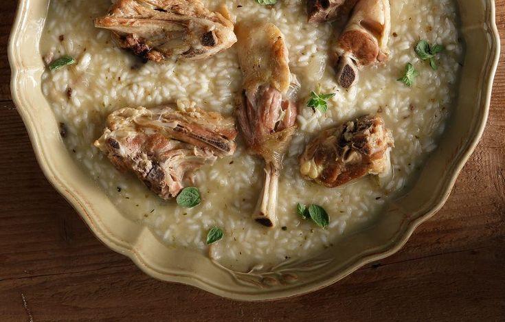 Η νοστιμιά οφείλεται στο γεγονός ότι το ρύζι βράζει στο ζωμό όπου μαγειρεύτηκε το κατσικάκι. Σερβίρεται σε γάμους σε όλη την Κρήτη, αλλά και σε πανηγύρια και γιορτές.