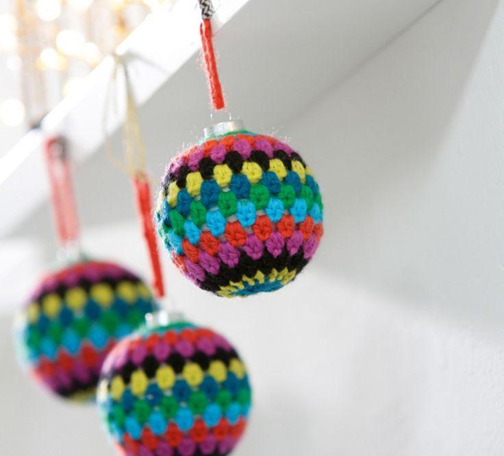 Avis à nos crocheteuses expertes ! Ce modèle de boule de Noël apportera de la couleur et de la gaieté à votre intérieur. Crochetée en ' laine partner 3.5 ', coloris billard, lagon, vermillon, fuchsia, noir, soufre et canard.Modèle N°13 du catalogue N°604 : Automne/Hiver 2015, Noël home made.