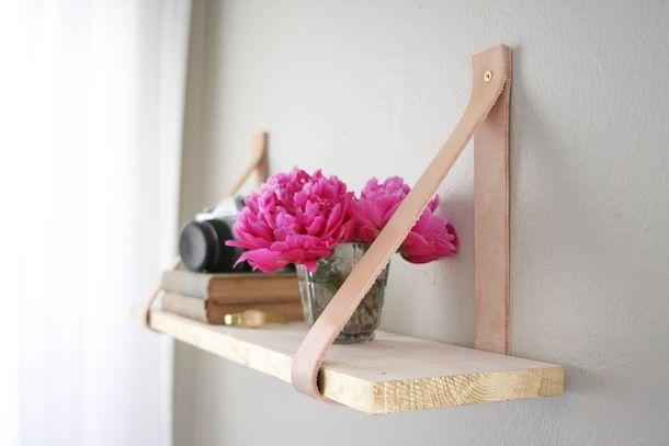 Wat een leuk en simpel idee om zelf (boeken)planken voor aan de muur te maken! Erg goed bedacht om van leer de 'consoles' van de plank te maken. Het simpele design met strakke lijnen en onafgewerkt...