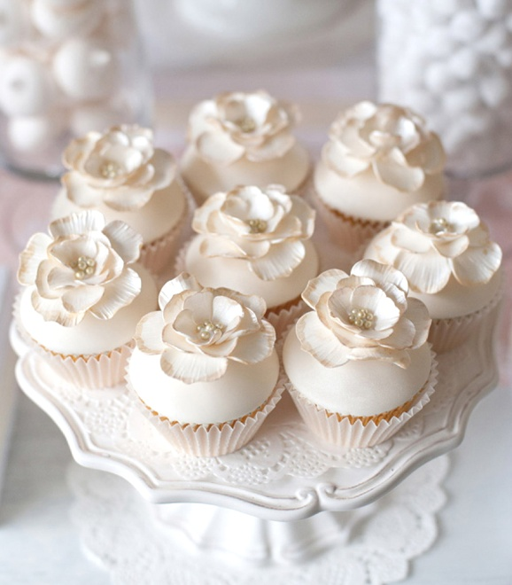 Lovely vintage flower cupcakes (Reverie Magazine). Perfect for a wedding or bridal shower.