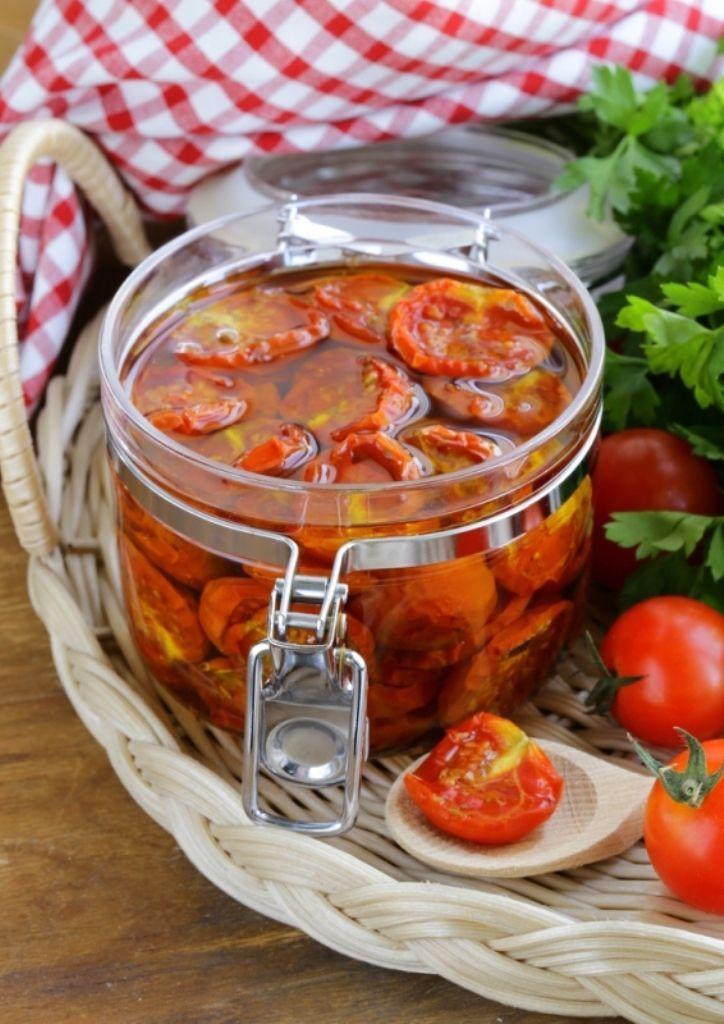 Bereiden: Verwijder het kroontje van de tomaten en maak onderaan een inkerving. Dompel de tomaten een half minuutje onder in kokend water en schrik ze vervolgens in koud water. Nu kan je gemakkelijk de pel verwijderen. Snij de tomaten in vieren en verwijder de pitjes. Doe 200 ml olijfolie in een kommetje. Voeg hier de grofgesneden teentjes look en een takje tijm aan toe. Laat even inwerken. Doe de tomaten in de olijfolie en voeg hier nog een lepel suiker, een snuifje peper en een snuifje…