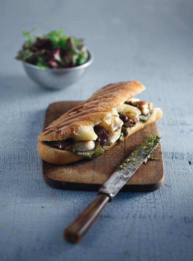 Μπαγκέτα+στην+τοστιέρα+με+κοτόπουλο,+πέστο+και+προβολόνε+(tostato)