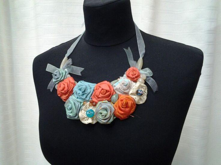 Collana con rose di tessuto, pietre e perline