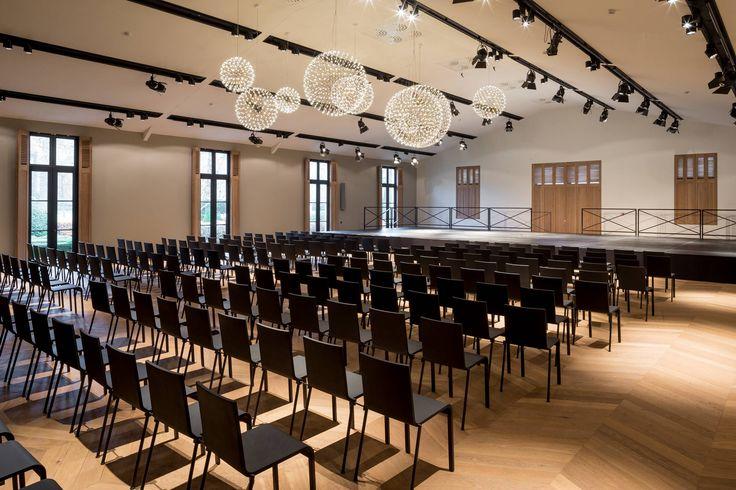 Shutters in grote ruimtes, zoals vergaderzalen, zorgen voor een strakke maar ook professionele uitstraling.