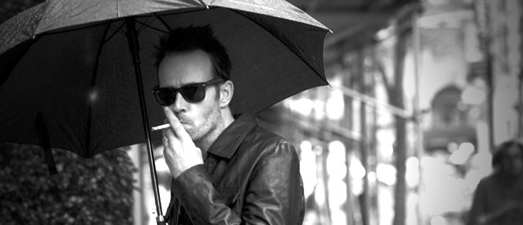 http://mundodemusicas.com/scott-weiland/ - Scott Weiland, o peculiar vocalista dos Stone Temple Pilots e dos Velvet Revolver, morreu na quinta-feira, dia 3 de Dezembro de 2015. Na sua página do Facebook, um breve comunicado indica que o cantor foi encontrado morto no autocarro, durante a digressão com o seu grupo mais recente, os The Wildabouts.