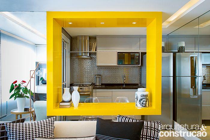 Poderia ser só mais uma divisória comum entre sala e cozinha, mas por que não torná-la a marca do apartamento em São Paulo? Amarela e brilhante, a moldura laqueada dita o humor da reforma pensada para o dia a dia de um solteiro
