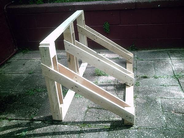 Zijkant van het houten fietsenrek, maak het zelf met steigerplanken of hout van een pallet.