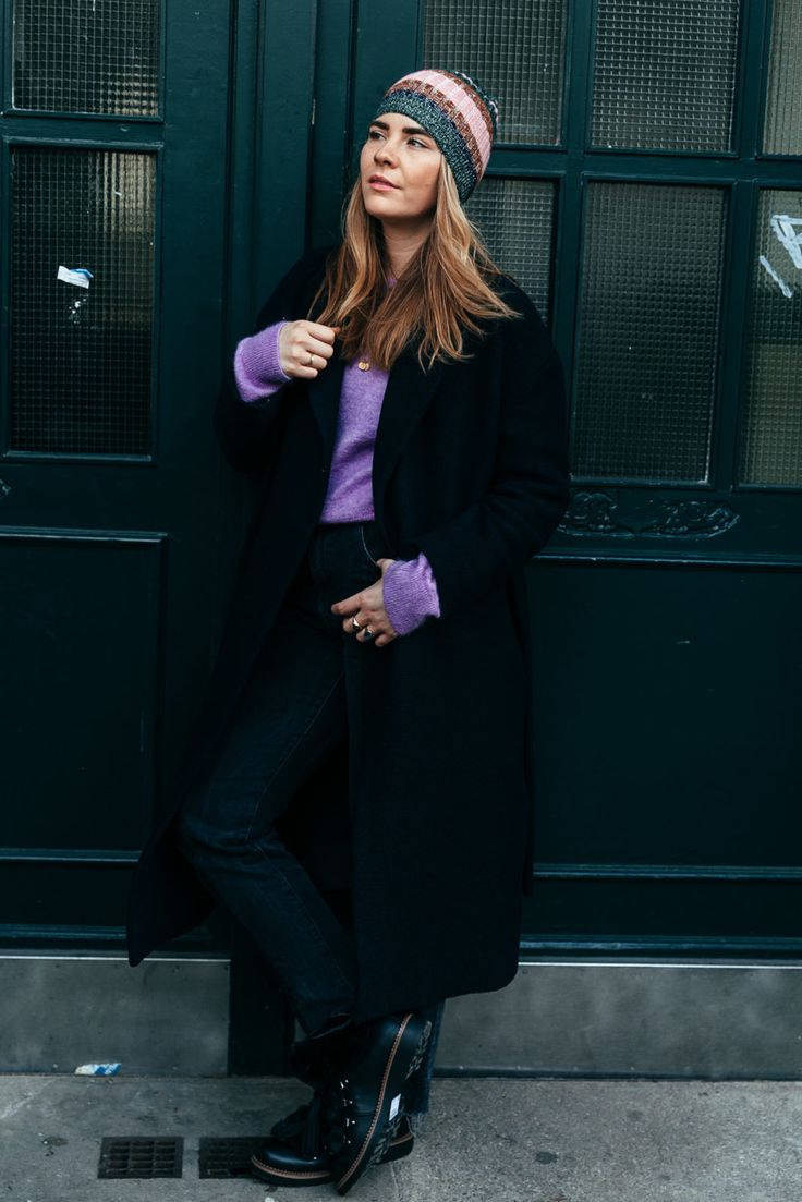 Team Journelles wears #38 – Charlotte Office Outfit Look im Herbst. Mantel: COS, Pullover: & Other Stories, Jeans: H&M, Kette: Jane Kønig, Mütze: Zara, Schuhe: Unionbay  #schwarzer #mantel #oversize #mütze #farbe #lila #knitwear #pullover #stiefel #ootd #inspiration