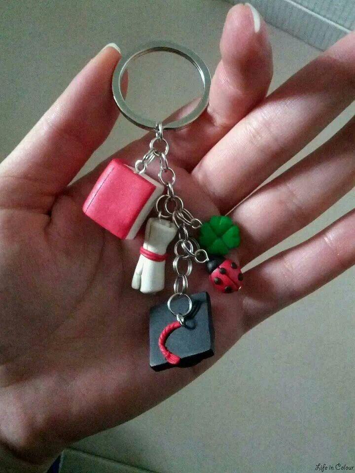 Portachiavi con ciondoli in fimo a tema laurea, un' idea carina per le bomboniere! Life in Colour Design