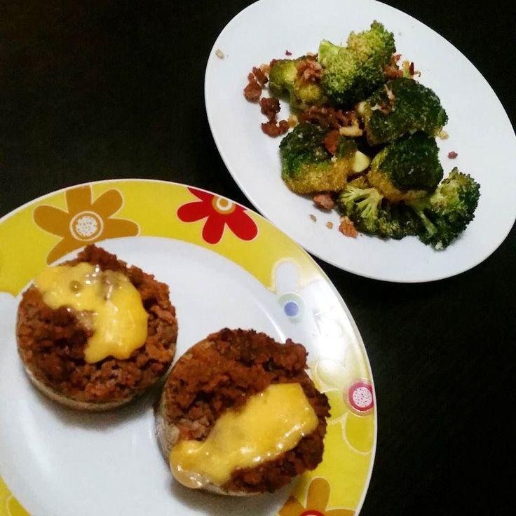 Boa noite! Jantar com broccoli assado no forno e muffins de carne moida e queijo cheddar . Mince meat and cheddar muffins with roasted broccoli for dinner. Yumm. . .  #foodporn  #gourmetlight #ketodiet #xomimimi  #estilodevida #eatclean #viversaudavel #healthy #instahealthy #foodlelicious #banting #comidadeverdade #lowcarb #compartilhesabor #fitfood #healthylifestyle#DesafioDrBarakat4life #paleo #pratiquesaude #healthyrecipes #fxmed #healthyfood #eatclean #vemcomaDi #instafitfood #lchf…