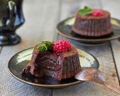 Moelleux au chocolat sans beurre : http://www.cuisineaz.com/recettes/moelleux-au-chocolat-sans-beurre-47544.aspx