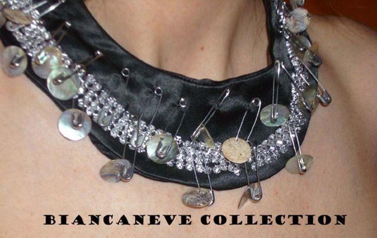Colletto in raso nero con strass e spillette : Sciarpe, foulard, cravatte di ibottonidibiancaneve